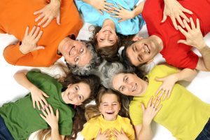 Famille heureuse avec enfants , maman, et grand mère